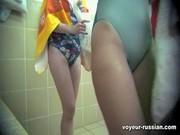 Скрытая камера снимает дамочек в женской раздевалке