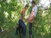 Парень натягивает свою подружку на член в зеленом лесу