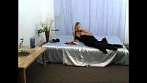 Симпатичная москвитинка блондиночка испытывает оргазм мастурбируя в кровати