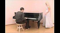 Классная шкуреха приходит для мену, какой играет получи и распишись пианола равным образом садится получай шлонгер